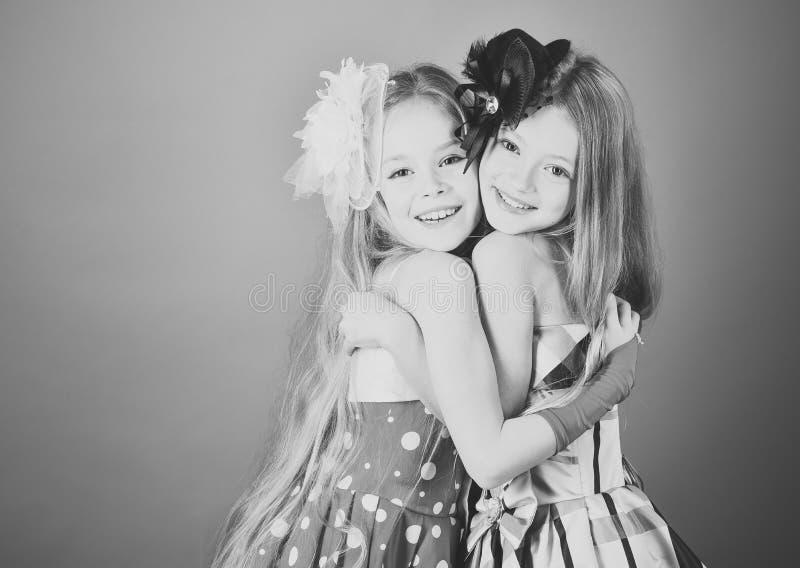 Muchachas de los niños en vestido, familia y hermanas los niños abrazan, las hermanas y los amigos, espacio de la copia imagen de archivo