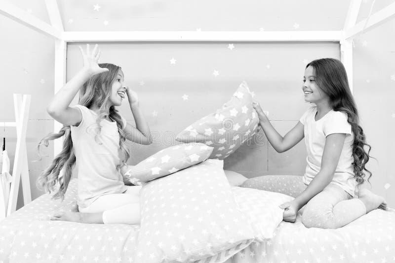 Muchachas de los Soulmates que tienen partido del sleepover de la diversi?n Amigos felices de las muchachas con las almohadas lin fotos de archivo