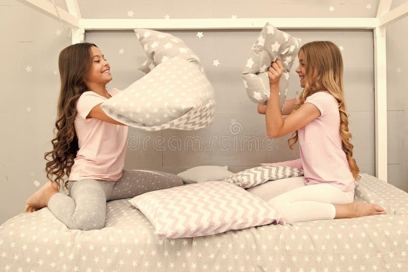 Muchachas de los Soulmates que tienen partido del sleepover de la diversi?n Partido de pijama de la lucha de almohada Tiempo del  foto de archivo