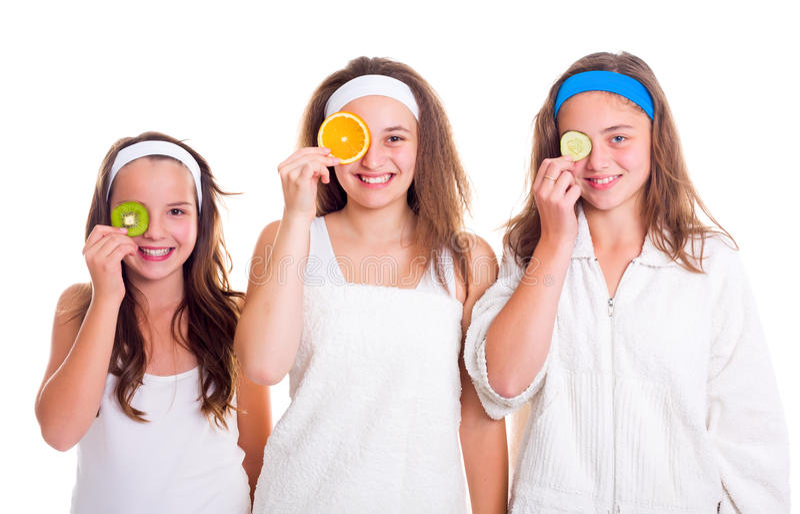 Muchachas de Primping que se divierten con las rebanadas de la fruta foto de archivo libre de regalías