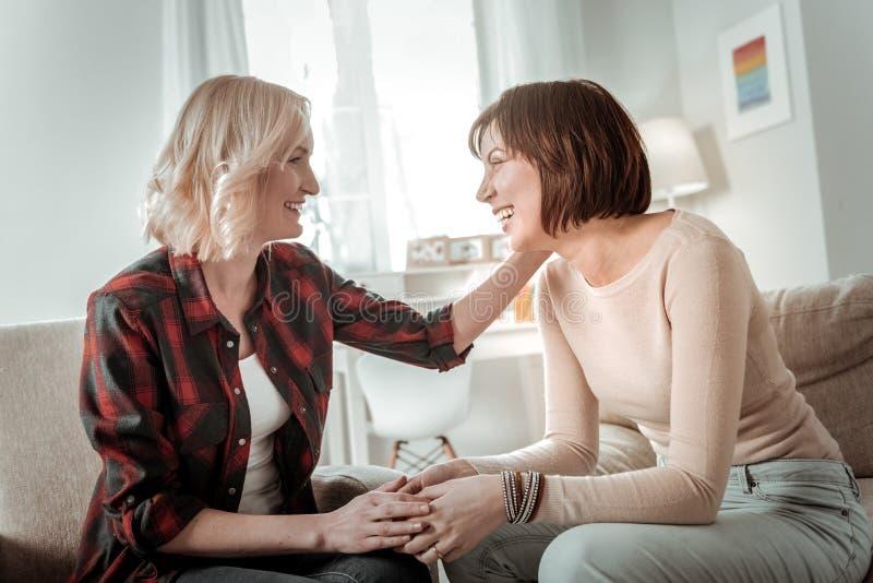 Muchachas de risa que tienen conversación agradable con uno a imagenes de archivo