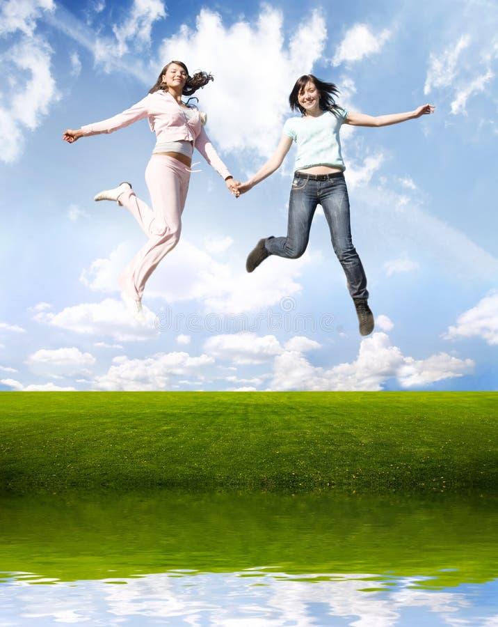 Muchachas de salto felices fotografía de archivo libre de regalías