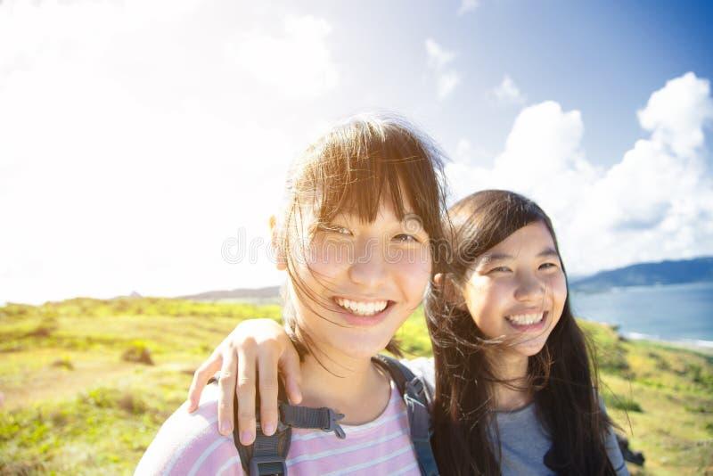 Muchachas del adolescente que se divierten con vacaciones de verano imagen de archivo libre de regalías