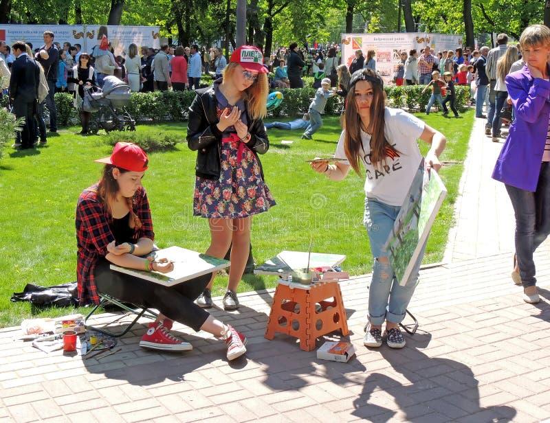 Muchachas del dibujo en el parque foto de archivo