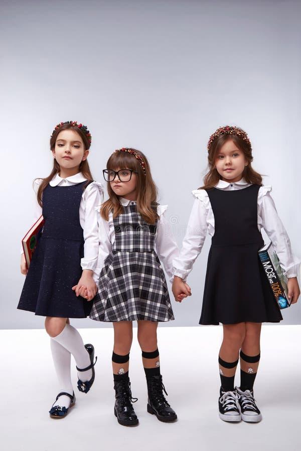 Muchachas del estilo del vestido de la moda de la ropa de los niños fotos de archivo