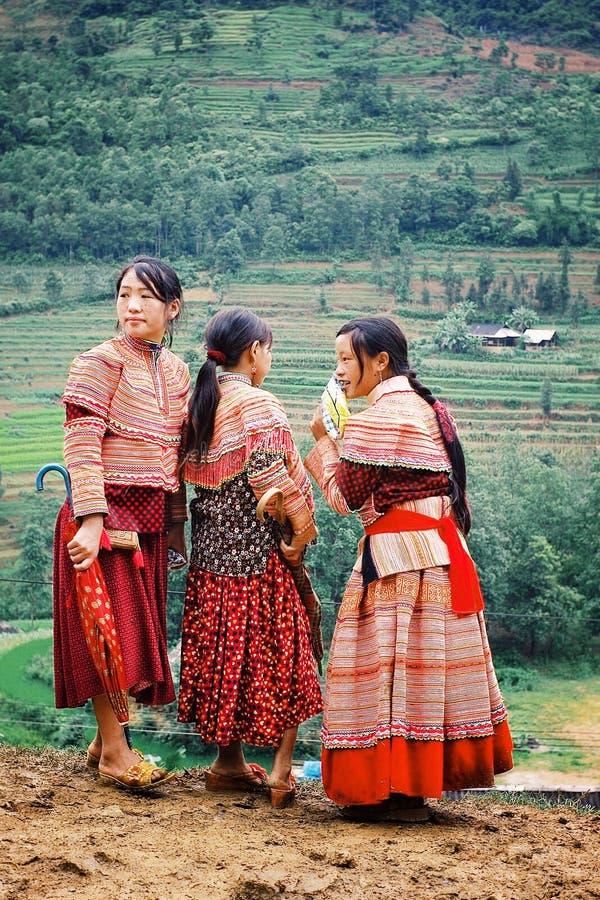 Muchachas del hmong de la flor en un mercado del pueblo de montaña fotos de archivo