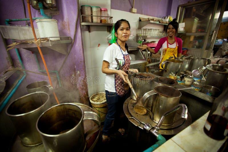 Muchachas del Lao que trabaja en la cocina foto de archivo libre de regalías