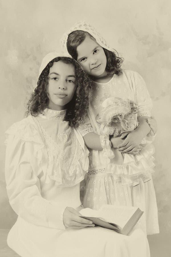 Muchachas del vintage en sepia foto de archivo