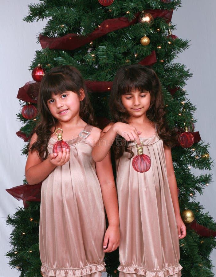 Muchachas diversas con los ornamentos de la Navidad fotografía de archivo