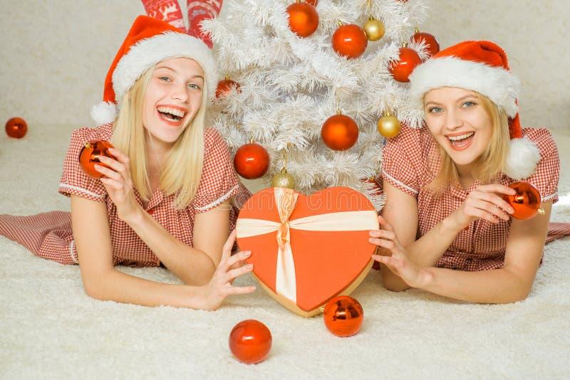 Muchachas divertidas y concepto de la amistad Grupo de amigos que celebran Año Nuevo y Feliz Navidad foto de archivo