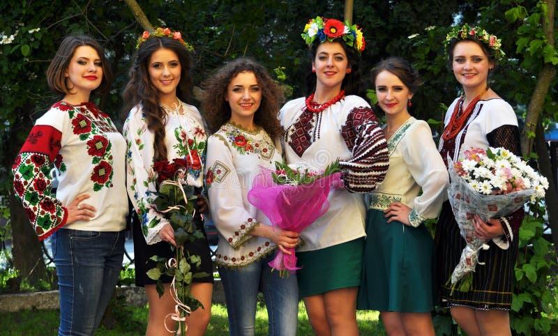 Muchachas en bordado ucraniano imagen de archivo libre de regalías