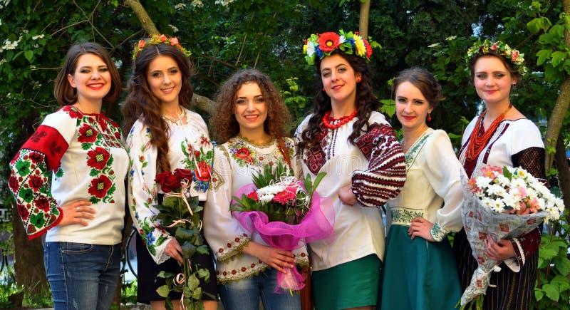 Muchachas en bordado ucraniano fotografía de archivo libre de regalías