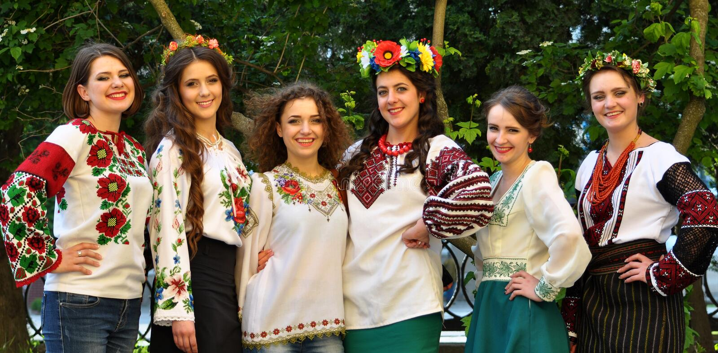 Muchachas en bordado ucraniano foto de archivo