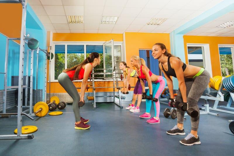Muchachas en el club de fitness que ejercita con pesas de gimnasia imágenes de archivo libres de regalías