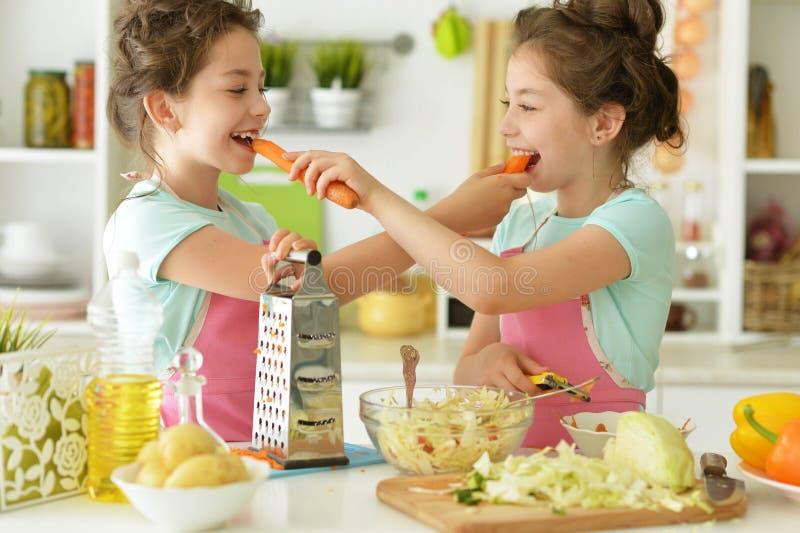 Muchachas en el cocinero de la cocina fotografía de archivo libre de regalías