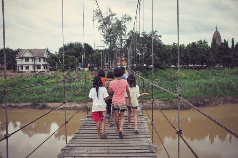 Muchachas en el puente de la honda sobre Yom River fotografía de archivo libre de regalías