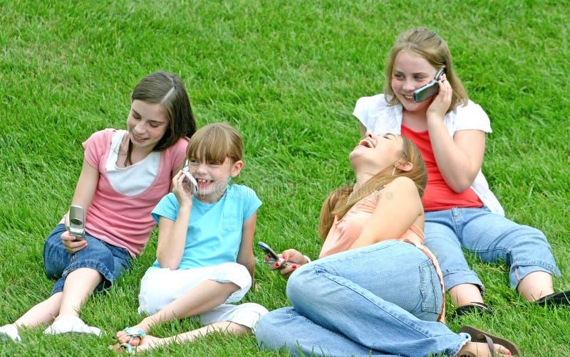 Muchachas en los teléfonos celulares fotografía de archivo libre de regalías