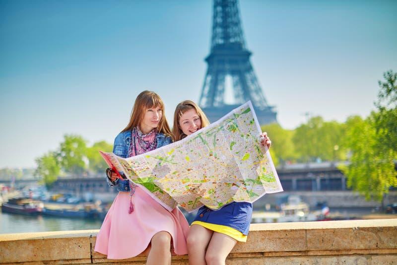 Muchachas en París que busca la dirección imágenes de archivo libres de regalías