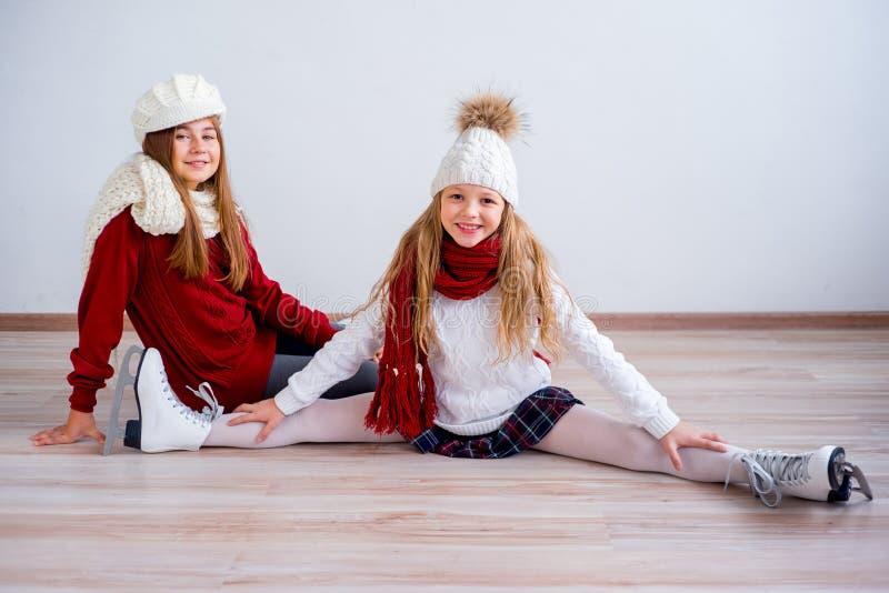 Muchachas en patines de hielo fotografía de archivo libre de regalías