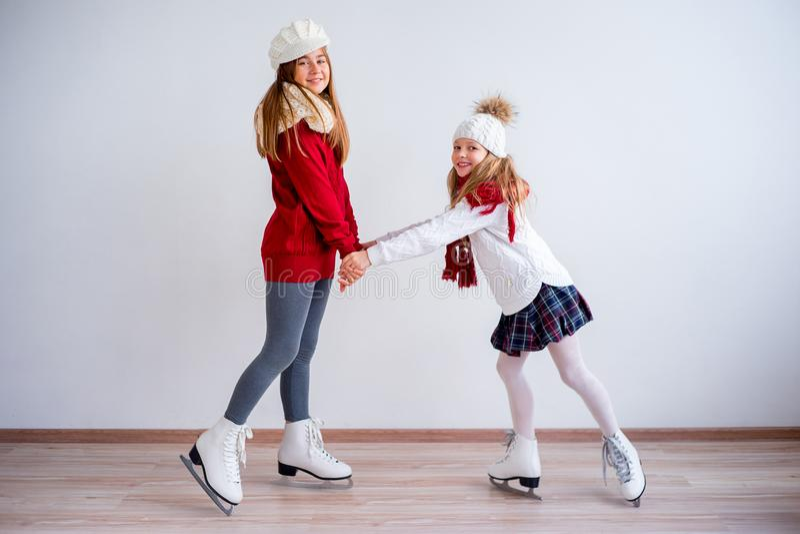 Muchachas en patines de hielo imagen de archivo
