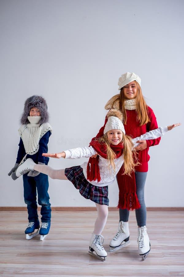 Muchachas en patines de hielo imágenes de archivo libres de regalías