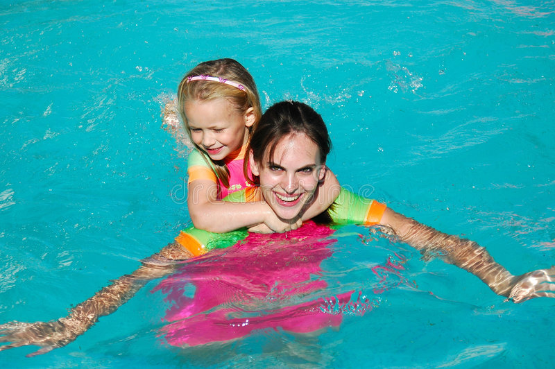 Muchachas en piscina fotos de archivo