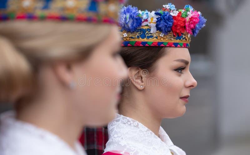 Muchachas en ropa bielorrusa nacional imagenes de archivo