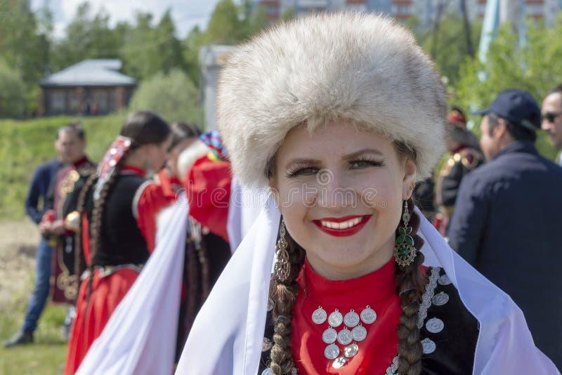 Muchachas en traje nacional bashkir en la celebración de Sabantuy Front View fotografía de archivo libre de regalías