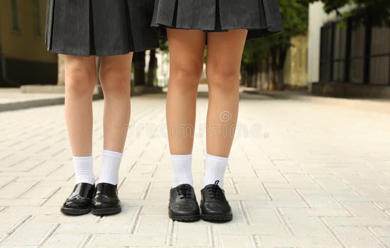 Muchachas en uniforme escolar elegante al aire libre foto de archivo libre de regalías