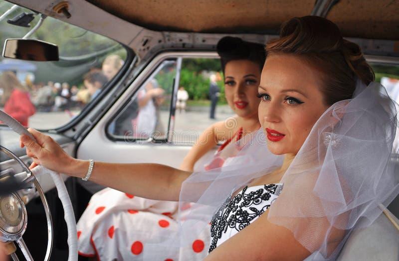 muchachas en vestidos de boda en el festival de novias en Yalta en el 3ro de octubre de 2011 ucrania foto de archivo