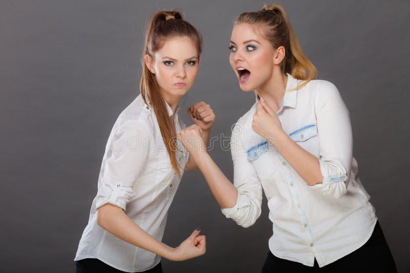 Muchachas enojadas de la furia que perforan y que luchan foto de archivo libre de regalías