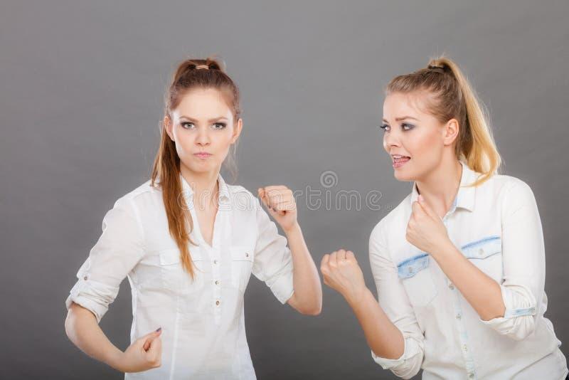 Muchachas enojadas de la furia que perforan y que luchan imagenes de archivo