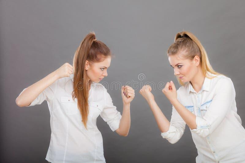 Muchachas enojadas de la furia que perforan y que luchan imagen de archivo libre de regalías
