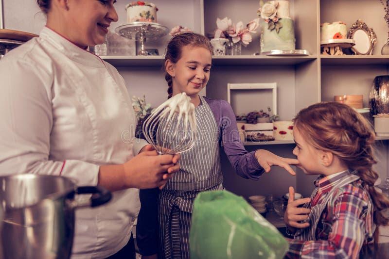Muchachas felices alegres que se colocan con su madre imágenes de archivo libres de regalías