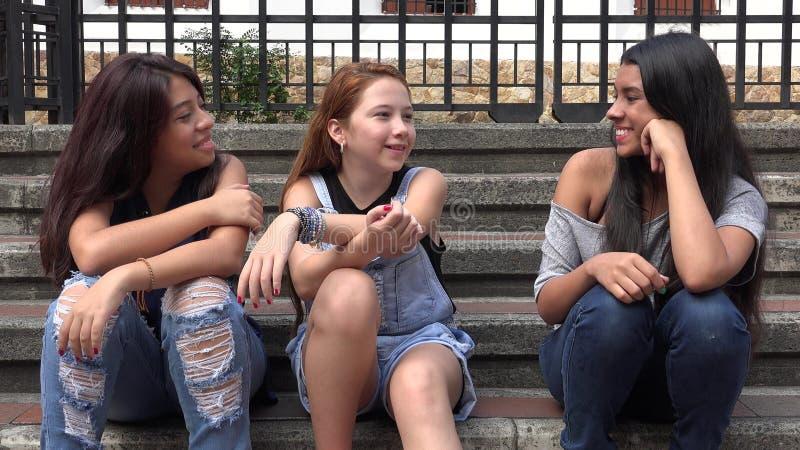 Muchachas felices de las adolescencias que se sientan junto imágenes de archivo libres de regalías
