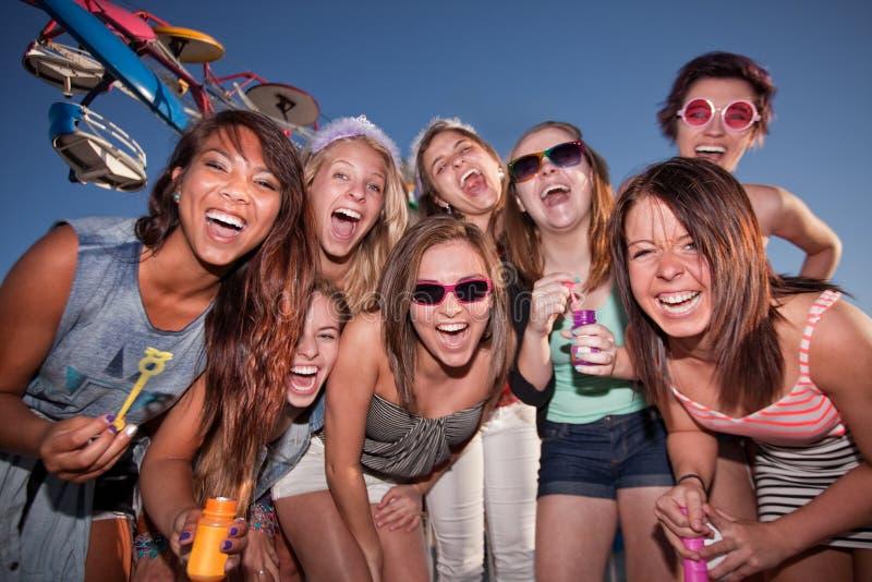 Muchachas felices en el carnaval con las burbujas imagenes de archivo