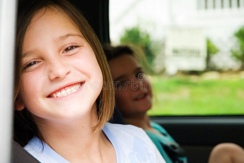 Muchachas felices en un coche foto de archivo libre de regalías
