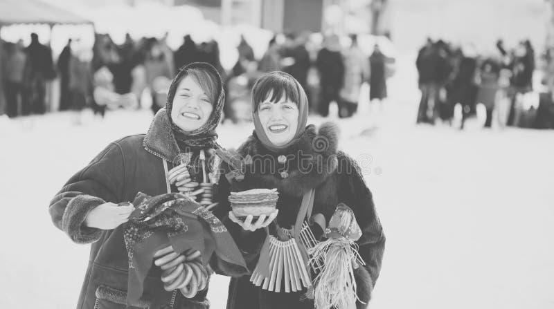 Muchachas felices que celebran Shrovetide imagenes de archivo