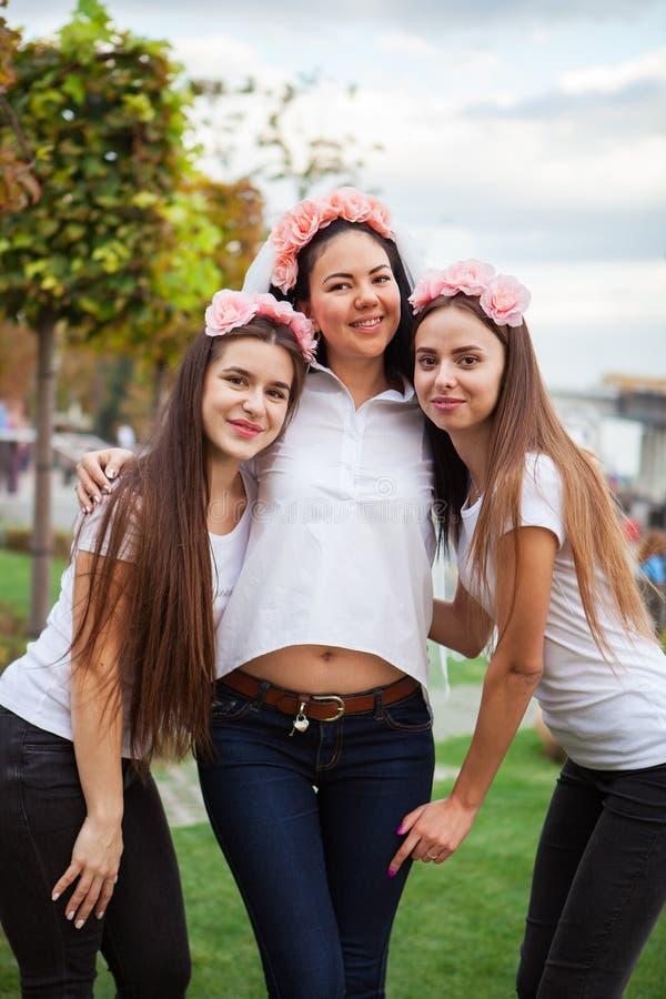 Muchachas felices que celebran a un partido de la soltera de novia imagen de archivo libre de regalías