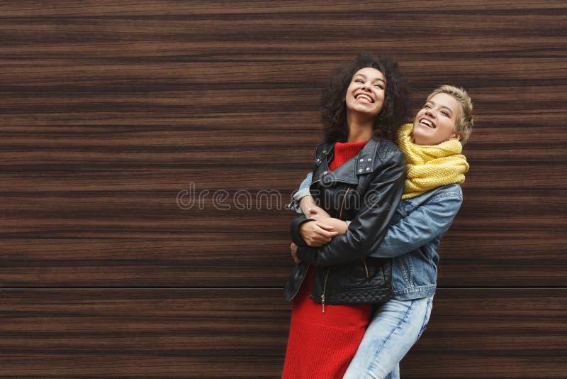 Muchachas felices que se divierten al aire libre fotografía de archivo