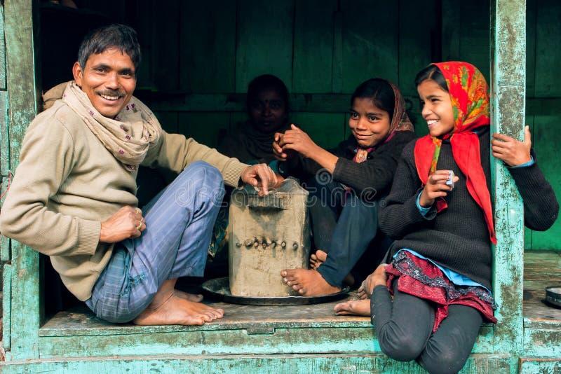Muchachas felices y padre que sonríen y que hablan en ventana de la casa rural foto de archivo libre de regalías
