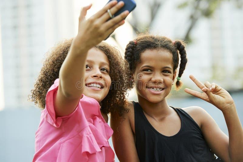 Muchachas frescas que toman el selfie al aire libre foto de archivo