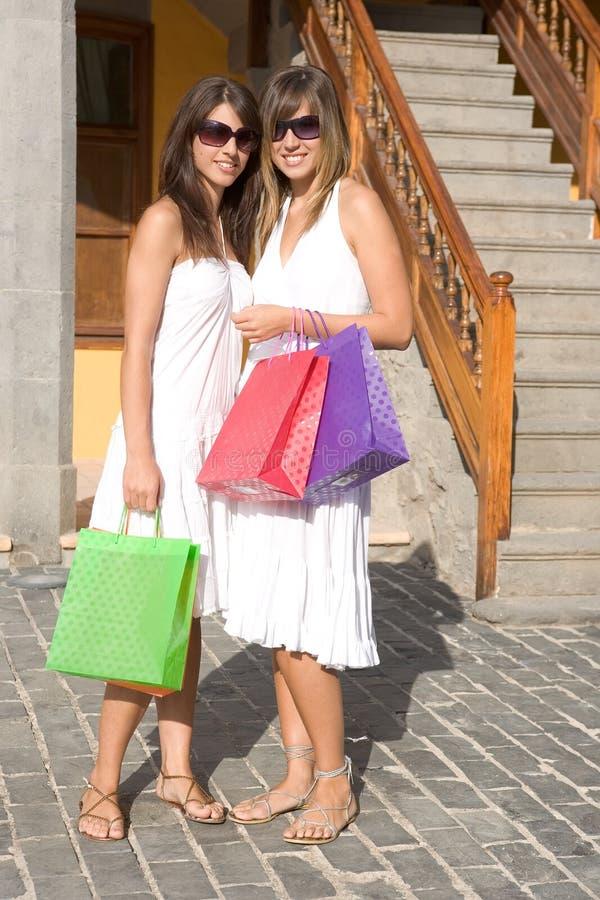Muchachas hermosas con los bolsos de compras foto de archivo
