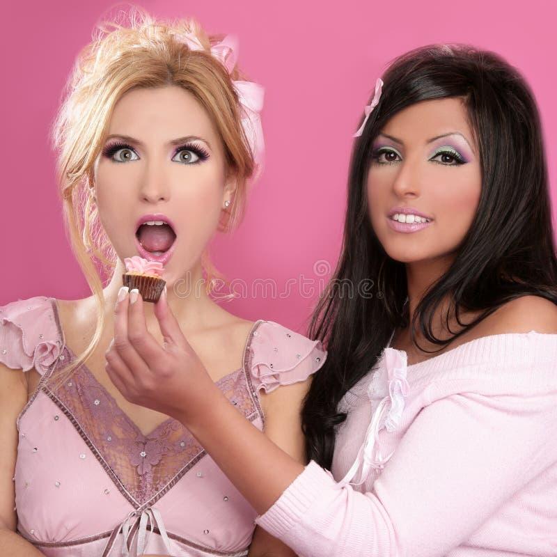 Muchachas hermosas de Barbie que comen el dulce de la dieta imagen de archivo