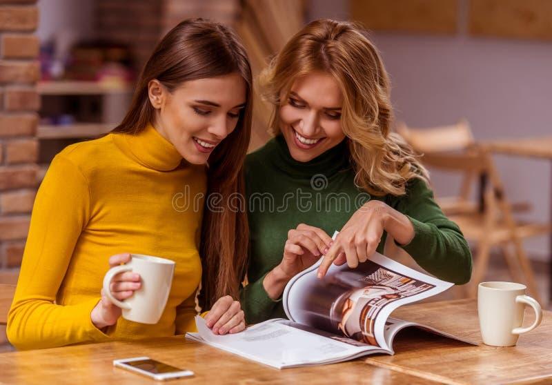 Muchachas hermosas en café fotografía de archivo