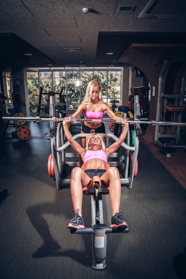 Muchachas hermosas en club de fitness fotos de archivo