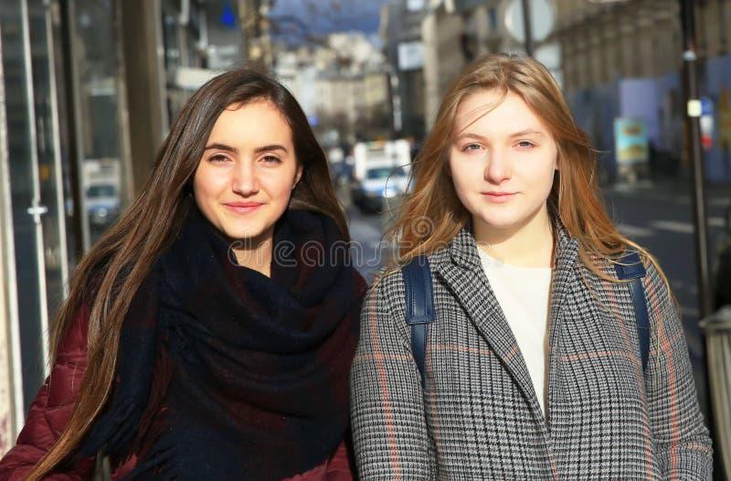 Muchachas hermosas en la ciudad fotografía de archivo libre de regalías