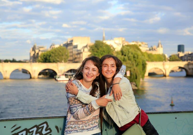 Muchachas hermosas felices del estudiante fotos de archivo libres de regalías