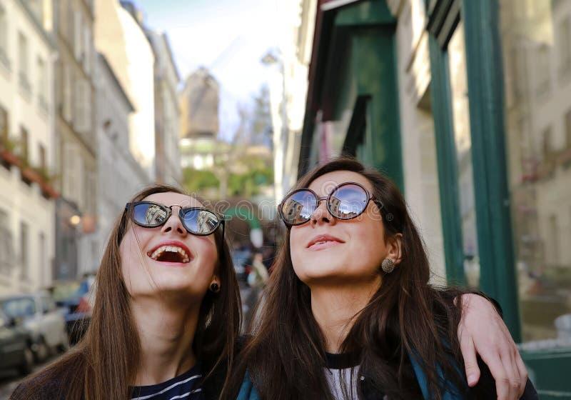 Muchachas hermosas felices del estudiante en Par?s en la calle imágenes de archivo libres de regalías