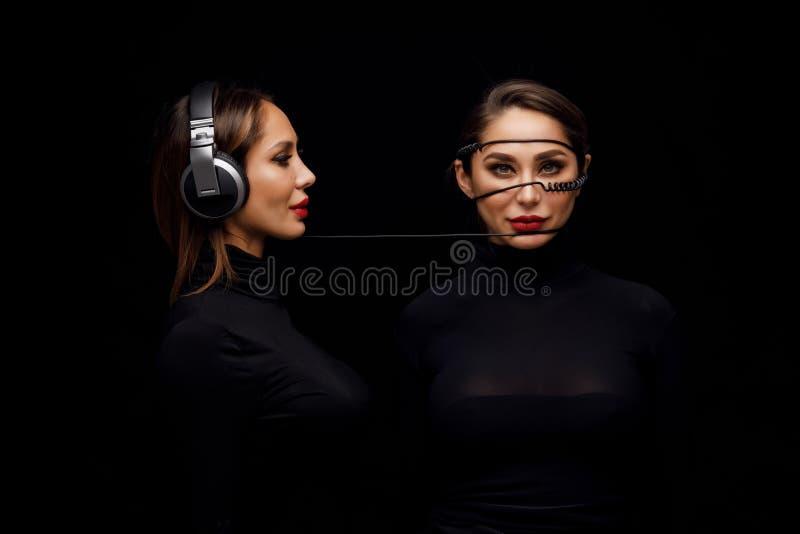 Muchachas hermosas gemelo-DJ fotos de archivo